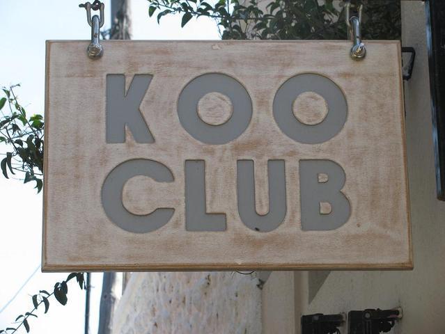 Το Koo club είναι το μεγαλύτερο club της Σαντορίνης.