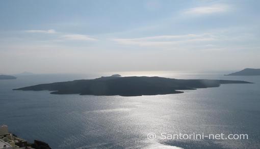 Το μοναδικό ηφαίστειο της Σαντορίνης, όπωε φαίνεται από τα Φηρά το μεσημέρι.