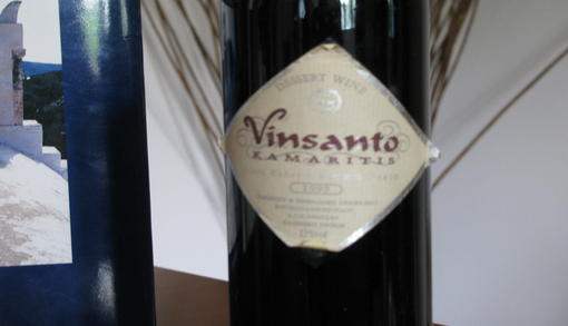 Το παραδοσιακό κρασί Vinsanto της Σαντορίνης. Εδώ ένα μπουκάλι του Καμαρίτη.